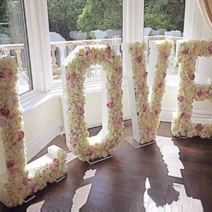 love buchstaben mit Blumen Dekor Hochzeit mieten