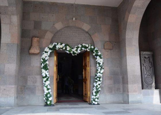 Blumenbogen rosenbogen bogen für Eingang Hochzeit deko Kirche mieten