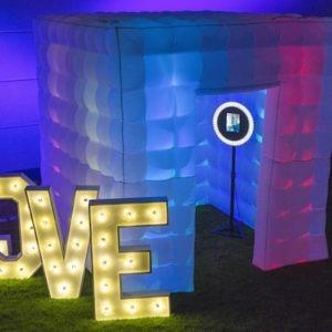 party booth fotoraum mieten für hochzeit fotowand foto hintergrund