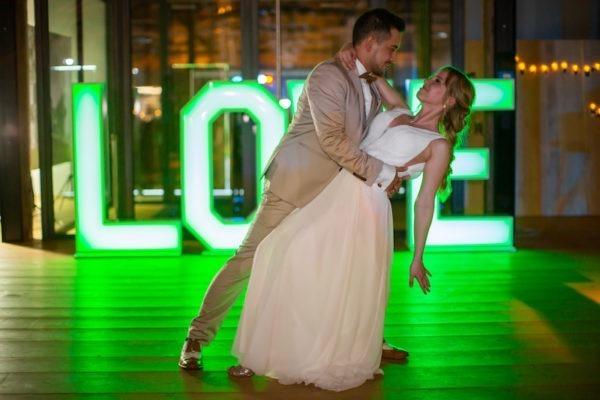 als Foto Hintergrund love buchstaben für Hochzeit benutzen mieten