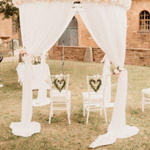 Pavillon Rund für freie Trauung mit weissen Stoff und Blumen mieten für Hochzeit von StasEvents