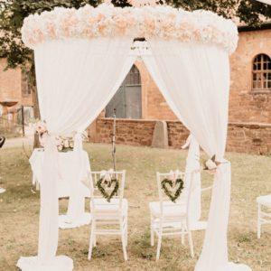 Pavillon Rund für freie Trauung mit weissen Stoff und Blumen mieten für Hochzeit von StasEvents Vorschaubild