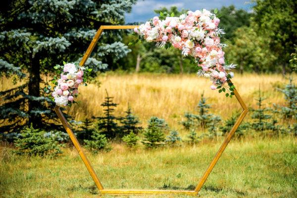 sunnydeko hexagon mieten leihen für hochzeit traubogen für freie trauung mit stoff und blumen günstig holz 16