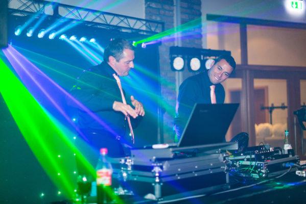 Sänger Bogdan und Tamada Norman auf einer Hochzeit
