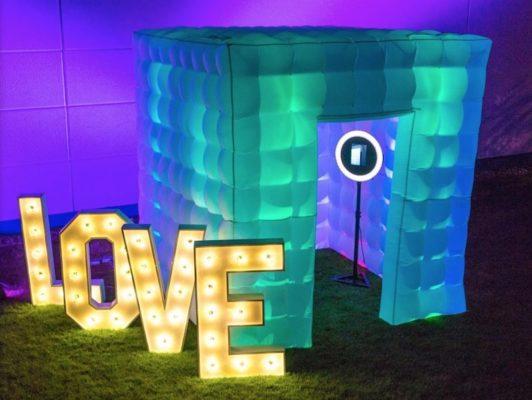 fotobox und foto cube mit love buchstabend