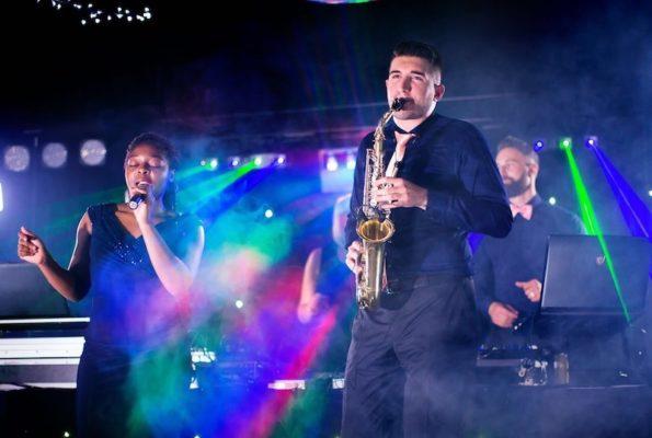 lukas und carele von stasevents singen und spielen saxophon als musikgruppe für hochzeit