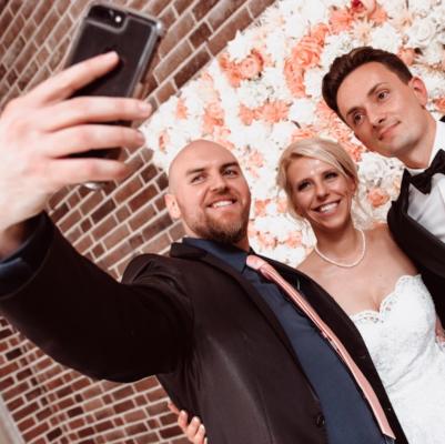 tamada patric macht ein selfie mit dem brautpaar direkt auf der hochzeit