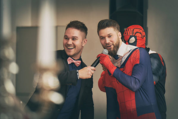 tobi und kostüm spiderman bei spiel auf hochzeit geldspiel