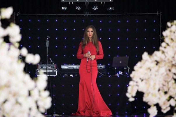 yana kas singt auf einer deutsche russischer hochzeit mit musikgruppe von stas events