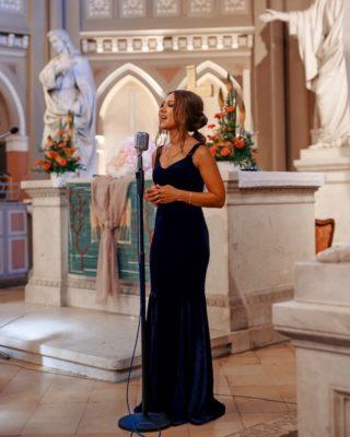 yana kas von stasevents singt in einer kirche zur hochzeit