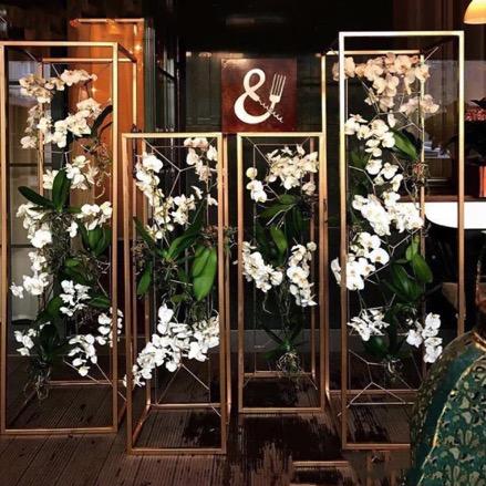 cube cubos gold blumen ständer blumenständer modern vase gold geometrisch mieten und leihen hochzeit hochzeitsdeko inspiration ideen sunnydeko
