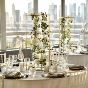 Geometrische Vase Blumenständer Hochzeit cubos gold mieten und leihen beim dekoverleih stasevents für Hochzeit und Eventdeko cubos