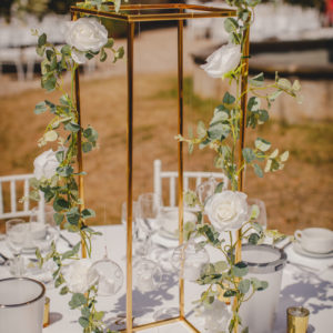 cubos gold blumenständer greenery hochzeit mieten und leihen deko dekoration für hochzeit hochzeitsdeko sunnydeko mit hängenden teelichtern und blumen