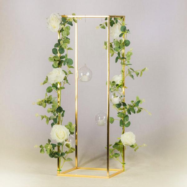 cubos gold geometrisch geo blumenständer ständer hochzeitsdeko verleih 80cm mit blumen Blumengirlande