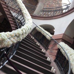 blumengirlande handlauf treppe deko dekoration mieten hochzeit hochzeitsdeko eingang dekorieren sunnydeko rhein main