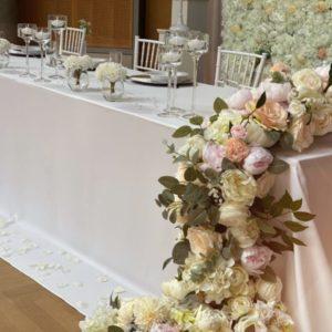 Blumen für Brautpaartisch Wasserfall Blumenwasserfall langes Blumengesteck hängend vom Tisch leihen und mieten Hochzeit sunnydeko1
