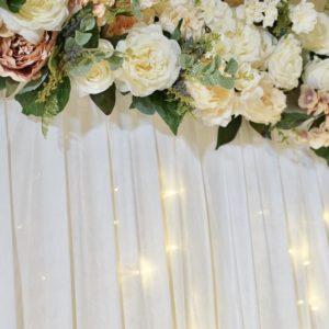 Fotowand und Rückwand als Rück Abdeck Wand mit Stoff und Blumen für Hochzeit mieten mit Lichterketten Verleih von StasEvents leihen als Hochzeitsdeko
