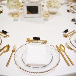 Platzteller aus Glas mit goldenen Noppen für Hochzeit mieten und leihen Deko Verleih