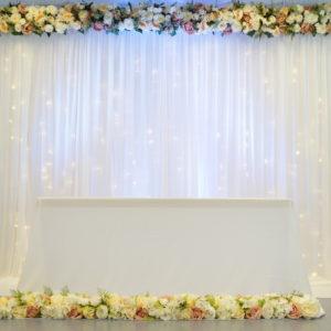 Rückwand Hintergrund Wand Abdeckwand für Hochzeit und Event leihen mit Stoff Beleuchtung und Blumen Deko Verleih Dekoration Hochzeitsdeko StasEvents