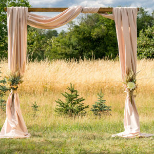 Traubogen aus Holz für freie Trauung (2,30 Meter) optional mit Stoff & Blumen