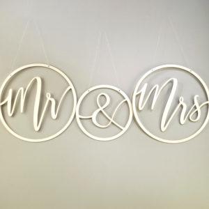 Mr und Mrs Kreis Zeichen aus Holz zum Aufhängen an Stuhl hängen für freie Trauung mieten beim Dekoverleih1
