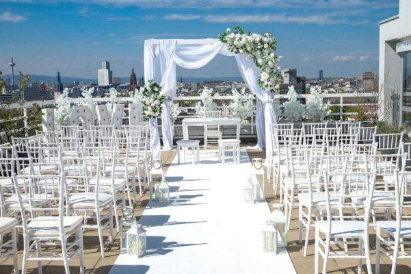 Freie Trauung Location Frankfurt Skyline Saal Eventhalle Deko Dekoration Dekoverleih mieten und leihen für Hochzeit Pavillon Stühle Trautisch Teppich 16