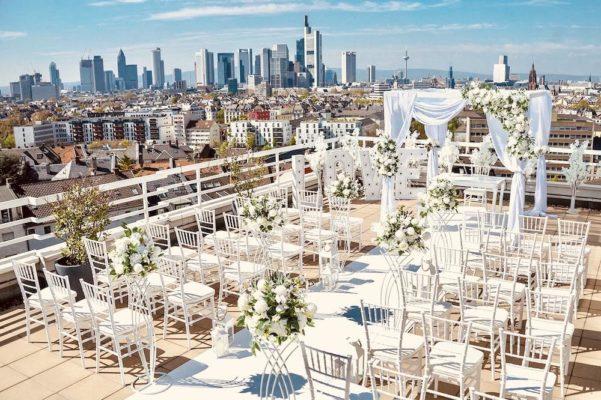 Freie Trauung Location Frankfurt Skyline Saal Eventhalle Deko Dekoration Dekoverleih mieten und leihen für Hochzeit Pavillon Stühle Trautisch Teppich 7
