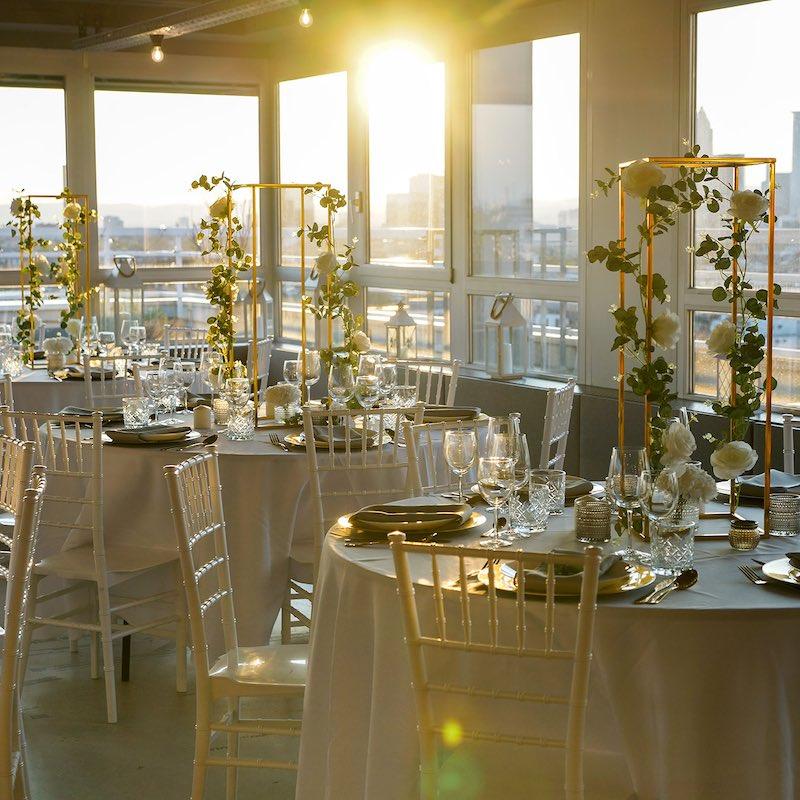 Moderne Dekoration für Hochzeit in weiss gold greenery buchen und mieten diy günstig billig dekoverleih 1